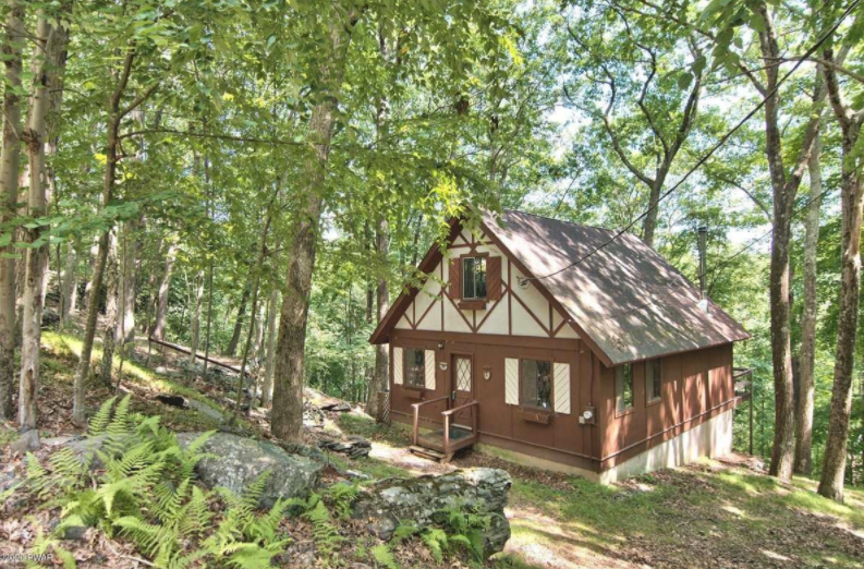 Beautiful Country Masthope Chalet For Sale  – 125 Minuteman Ln